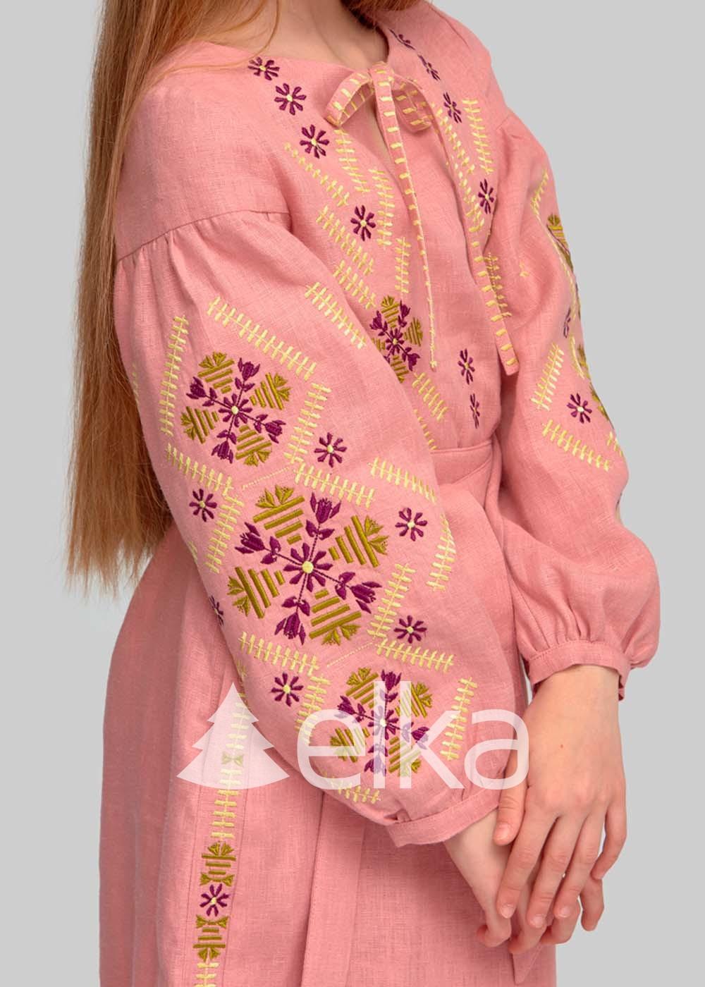 Вышитое платье для девочки розовое